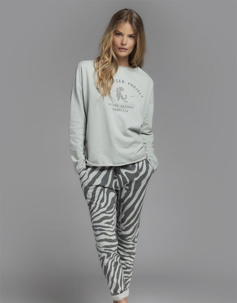 Juvia   Sweater (Print) und Jogginghose (Tiger-Muster)